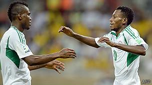 Kenneth Omeruo y Nnamdi Oduamadi celebran el triunfo de Nigeria