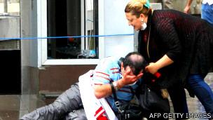 Homem afetado por gás na Turquia | Foto: AFP