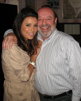 El dueño del restaurante Carlitos Gardel con Eva Longria