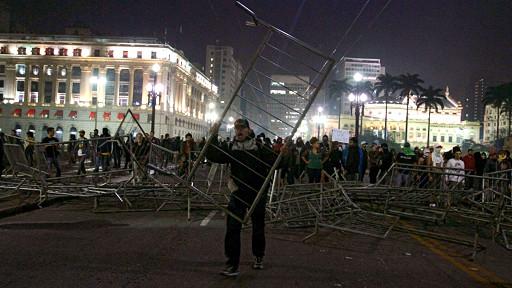 عالمي الجيش البرازيلي ينتشر لاحتواء الاحتجاجات 130619071720_sau_pao