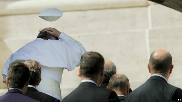 Al Papa se le vuela el celideo
