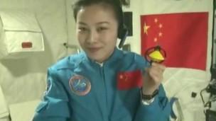 رائدة فضاء صينية تلقي محاضرة من الفضاء