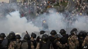 Polícia lança gás lacrimogêneo contra manifestantes próximo ao Mineirão (foto: AP)