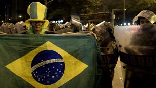 Manifestante protesta diante de soldados em Belo Horizonte
