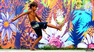 Niño juega fútbol