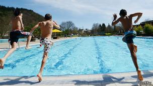 Niños saltando a la piscina