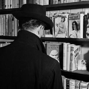 Tienda de revistas pornográfica de los años 50.