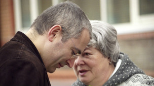 130626122925_khodorkovsky_and_his_mother