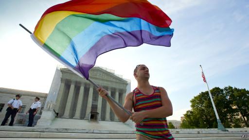 Ativista com bandeira gay / AP