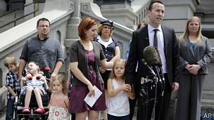Coy Mathis junto a su abogado y su familia
