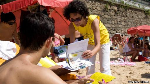 Agente da Anistia Internacional em praia do Rio. Crédito: Rosilene Miliotti/Anistia