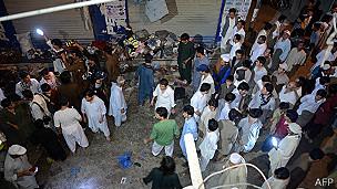Rescatistas y residentes en Quetta, Pakistán