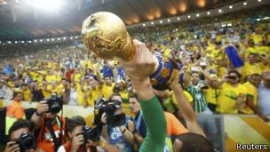 Jogadores brasileiros com a taça da Copa das Confederações no Maracanã | Foto: Reuters