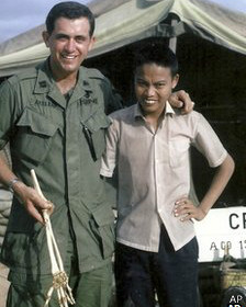 1966 में एनगुएन कांग हुंग और डॉक्टर सैम एक्सलराड