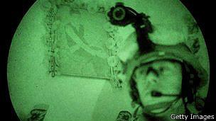 Militar con equipo de visión nocturna