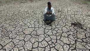 Sequía en un terreno a orillas del río Nilo, Egipto.
