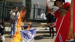 Manifestantes queman banderas por incidente del avión