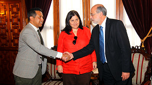 Javier saluda al presidente del Congreso de Perú
