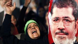 Muhammed Mursi posteri taşıyan Müslüman Kardeşler taraftarı
