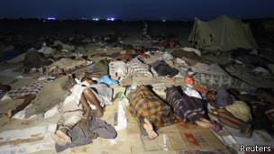 Inmigrantes en centro de tránsito en Haradh