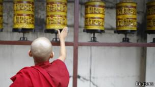 尼泊尔的藏人僧侣为达赖喇嘛祝寿祈福(2013/07/06)