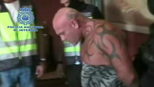 Mark Lilley é preso usando apenas toalha. Imagem: BBC/Polícia espanhola