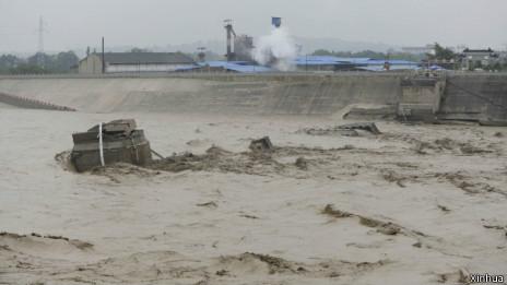 当局已确认有6人在江油盘江大桥坍塌事故中失踪(09/07/2013)
