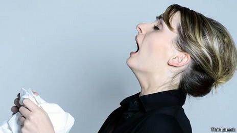 Mujer estornuda