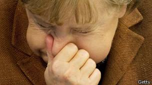 Angela Merkel, canciller de Alemania, estornudando