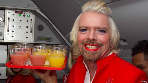 Richard Branson disfrazado de azafata