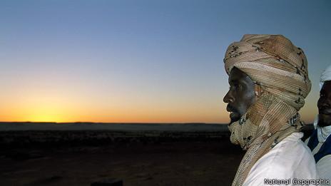 Un hombre mira al desierto del Sahara. (Foto: David Evans / National Geographic)