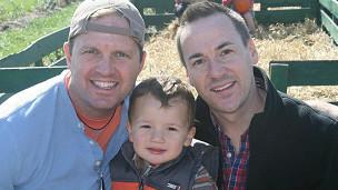 Brad Letson y Brad Benton con su hijo