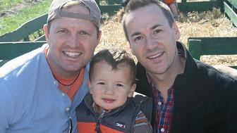 Casal Brad Letson e Brad Benton e o filho adotivo. BBC