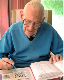 Anciano haciendo crucigrama