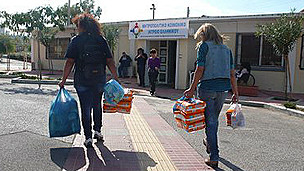 Mujeres llevando bolsas de medicinas