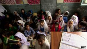 Meninas em escola no Paquistão | Foto: BBC