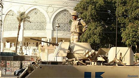 Militar egípcio guarda entrada de Palácio Presidencial em um tanque, no Cairo (Reuters)