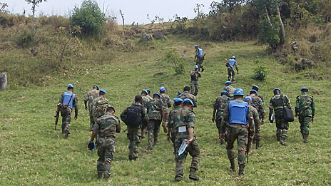 Soldados da ONU sobem a montanha de Muningi (Foto: Luis Kawaguti)