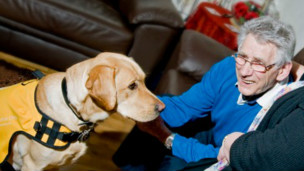 Ken con su perro Kaspa