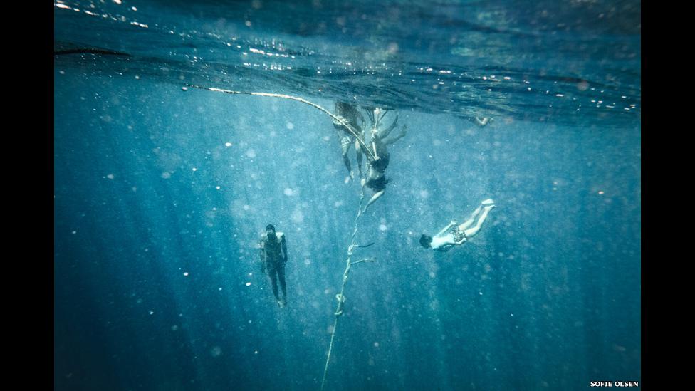 Moken nadando