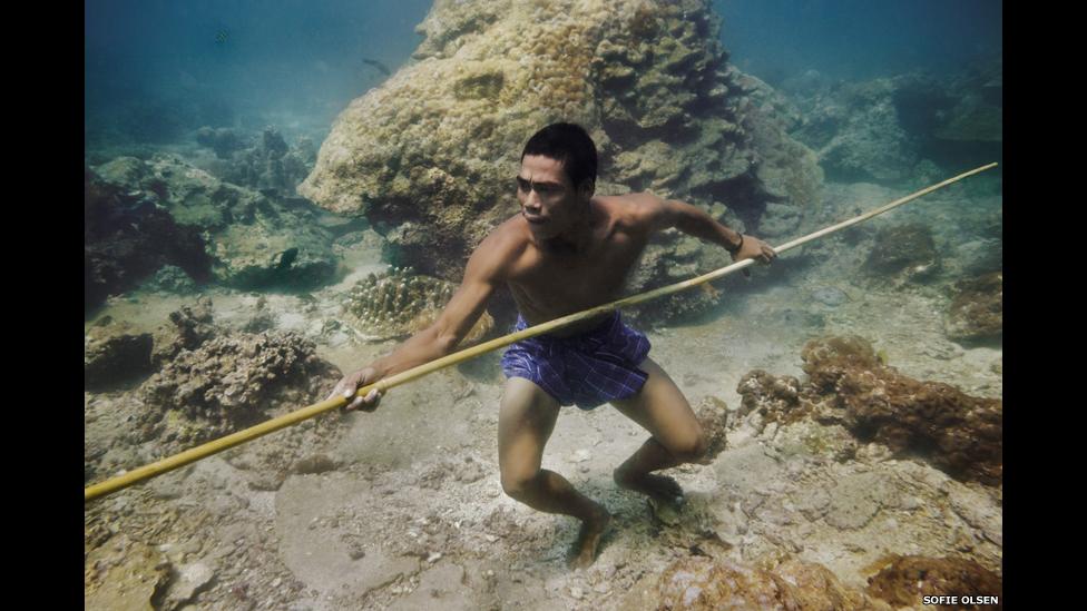 Hombre moken en el fondo del mar