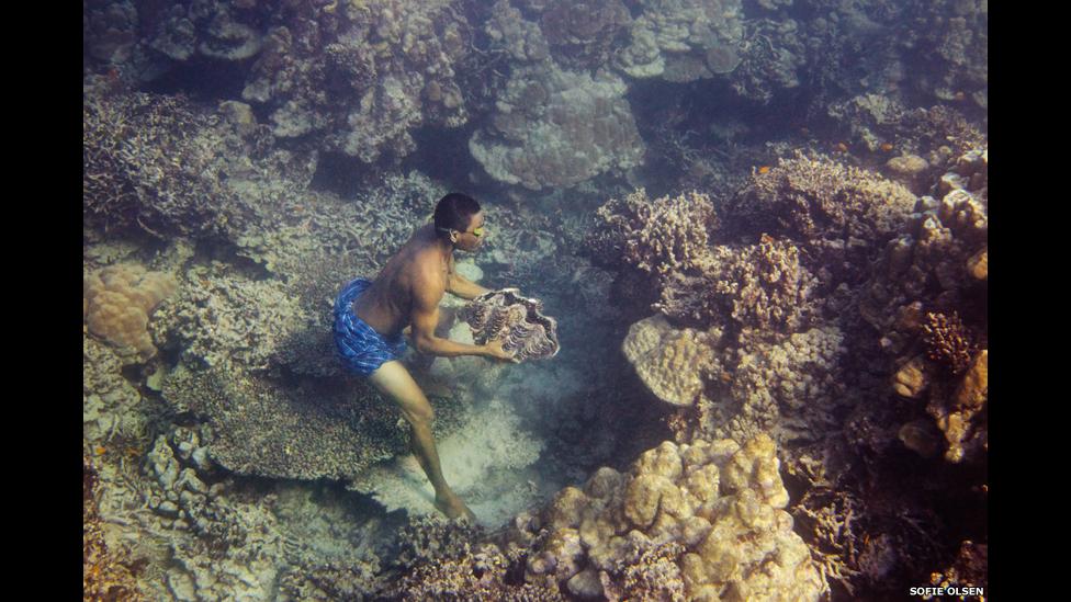 Moken cazando en el mar