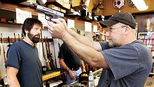 hombre compra un arma en una tienda de Texas
