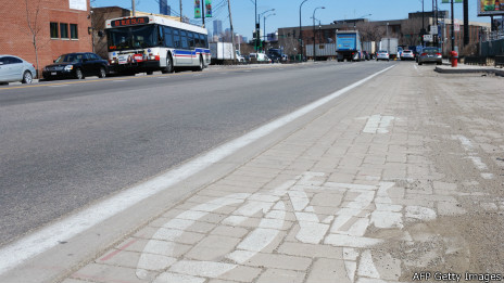 Carril de bicicletas en Chicago que tiene adoquines que absorven smog
