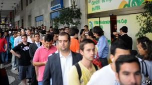 Aficionados esperan en la cola para recoger entradas para los partidos de la Copa de Confederaciones en Rio de Janeiro.