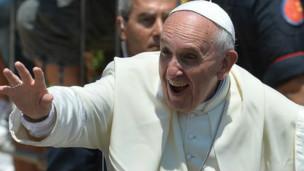 Papa Francisco saluda a feligreses