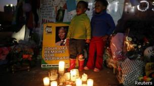 Дети в ЮАР поздравляют Нельсона Манделу с юбилеем