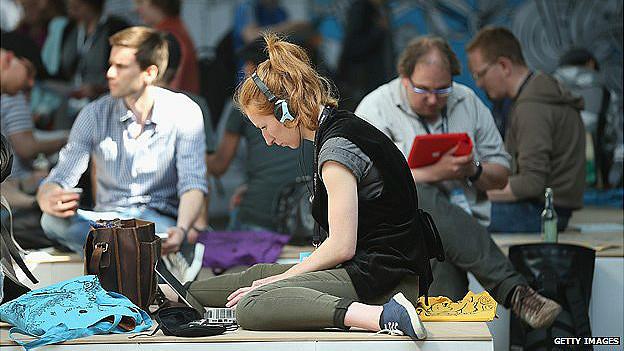 periodistas trabajan sentados en el pavimento