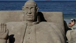 Escultura en arena del papa Francisco