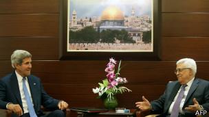 Kerry (esq.) e Abbas | Foto: AFP